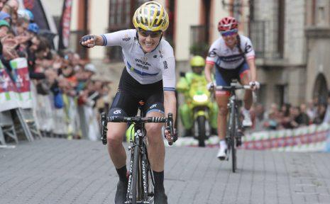 Emma Johansson wint de 1e rit in de Emakumeen Bira voor Carmen Small.
