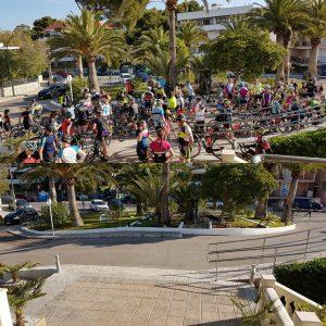Så här såg det ut utanför hotellet varje morgon när 80 cyklister ska ge sig iväg.