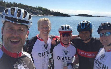 Delar av kompisgänget som cyklar för Magnus och ALS-forskningen.