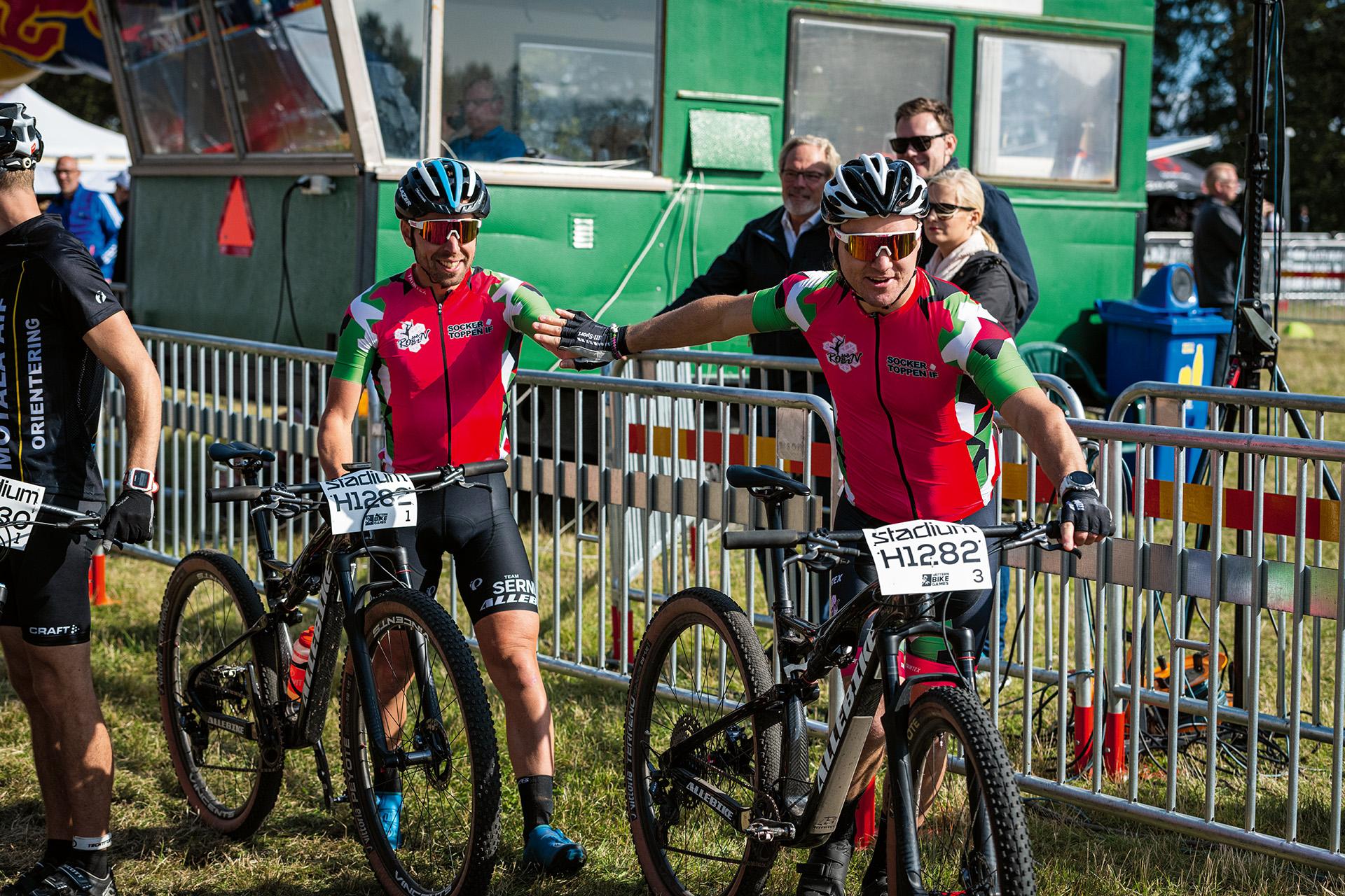 Emil Lindgren växlar över till Robin Bryntesson under Team Challenge-tävlingen på Vättern Bike Games.