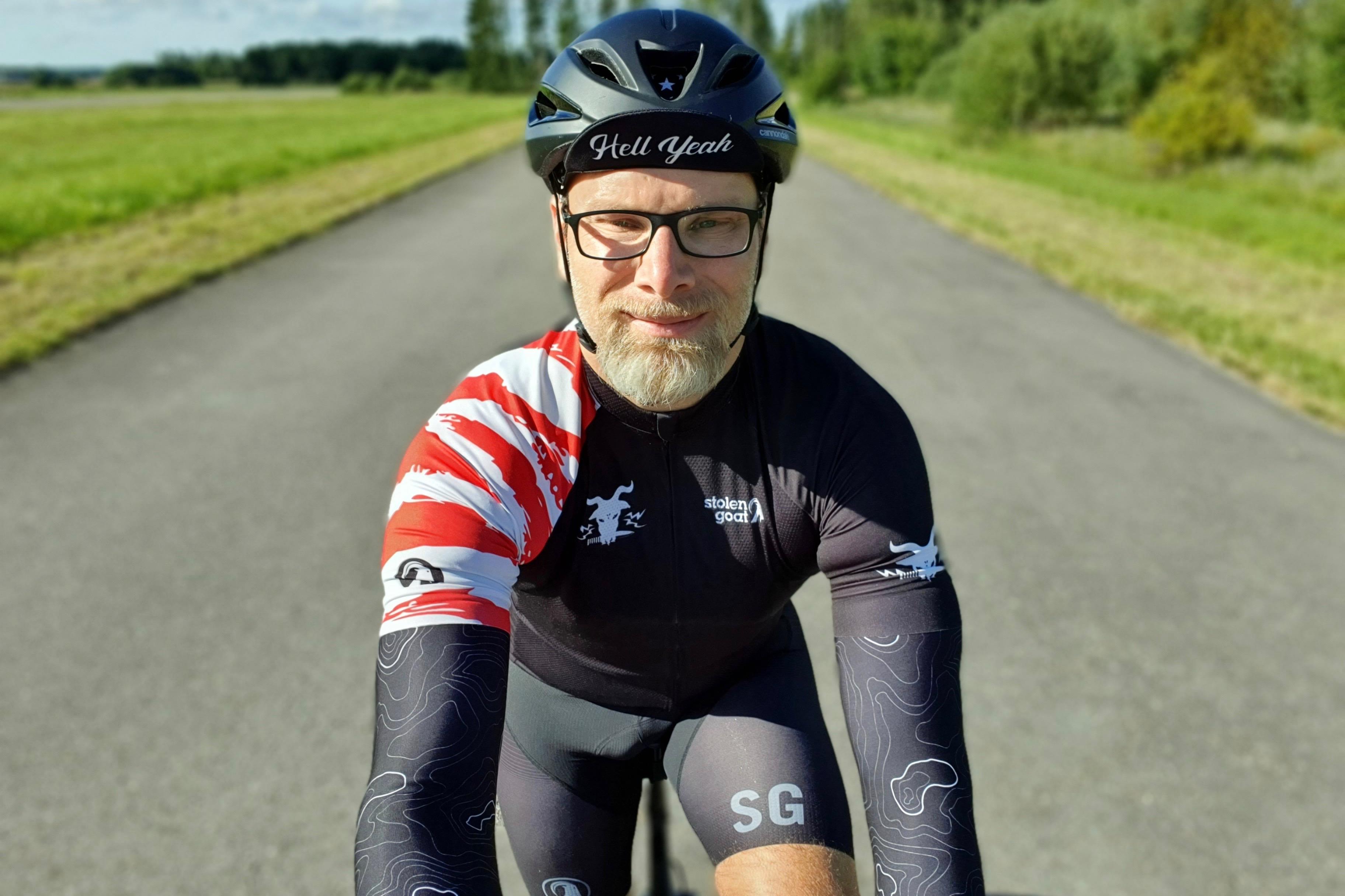 Ronny Jansson på sin cykel på en landsväg.