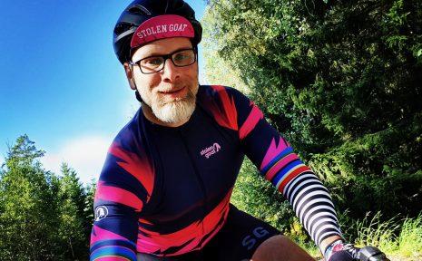 Ronny Jansson lever med ständig smärta då han föddes med klumpfot på bägger fötterna. Men på cykeln försvinner det onda och han kan njuta ordentligt.