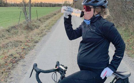 Ingrid Kjellström cyklar genom sin graviditet