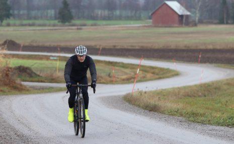Mikael Muhr cyklar på hösten.