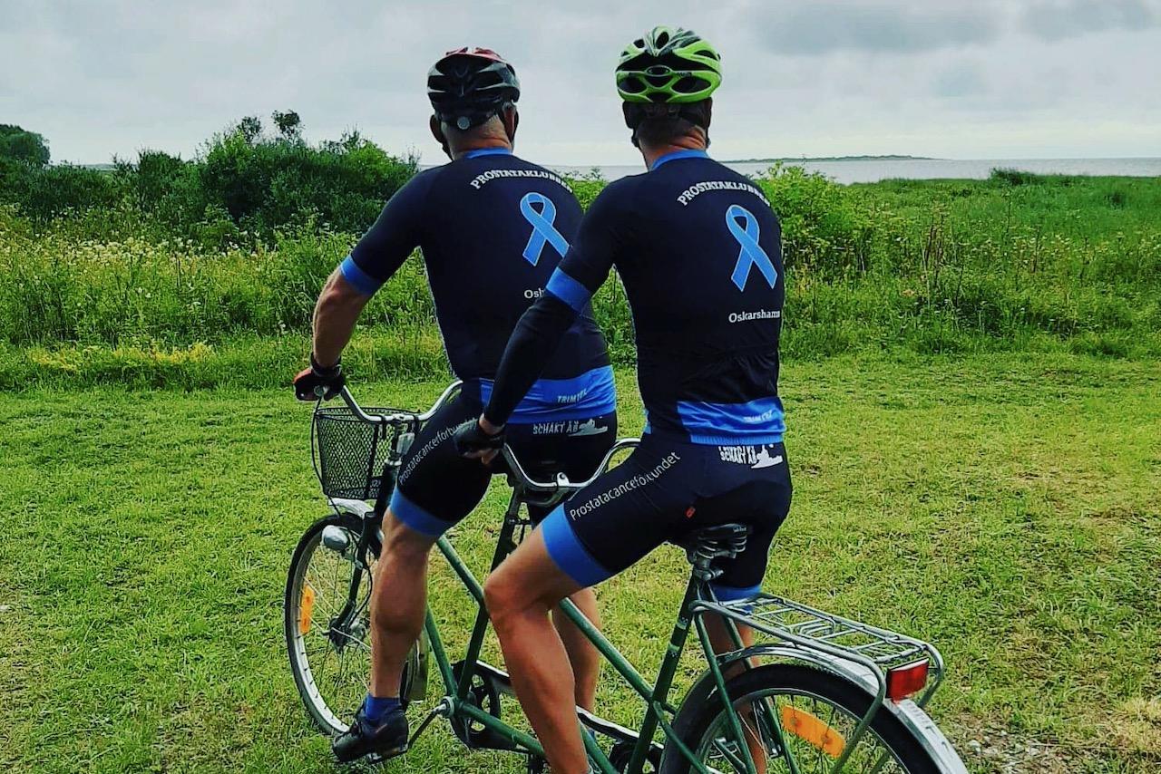 Prostatklubbens medlemmar cyklar på en tandemcykel.