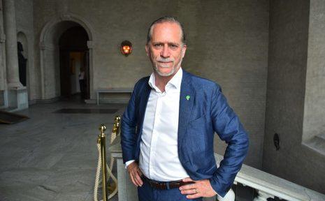 Milöpartisten Daniel Helldén efter att ha tilldelats Svensk cyklings opinionspris 2020.
