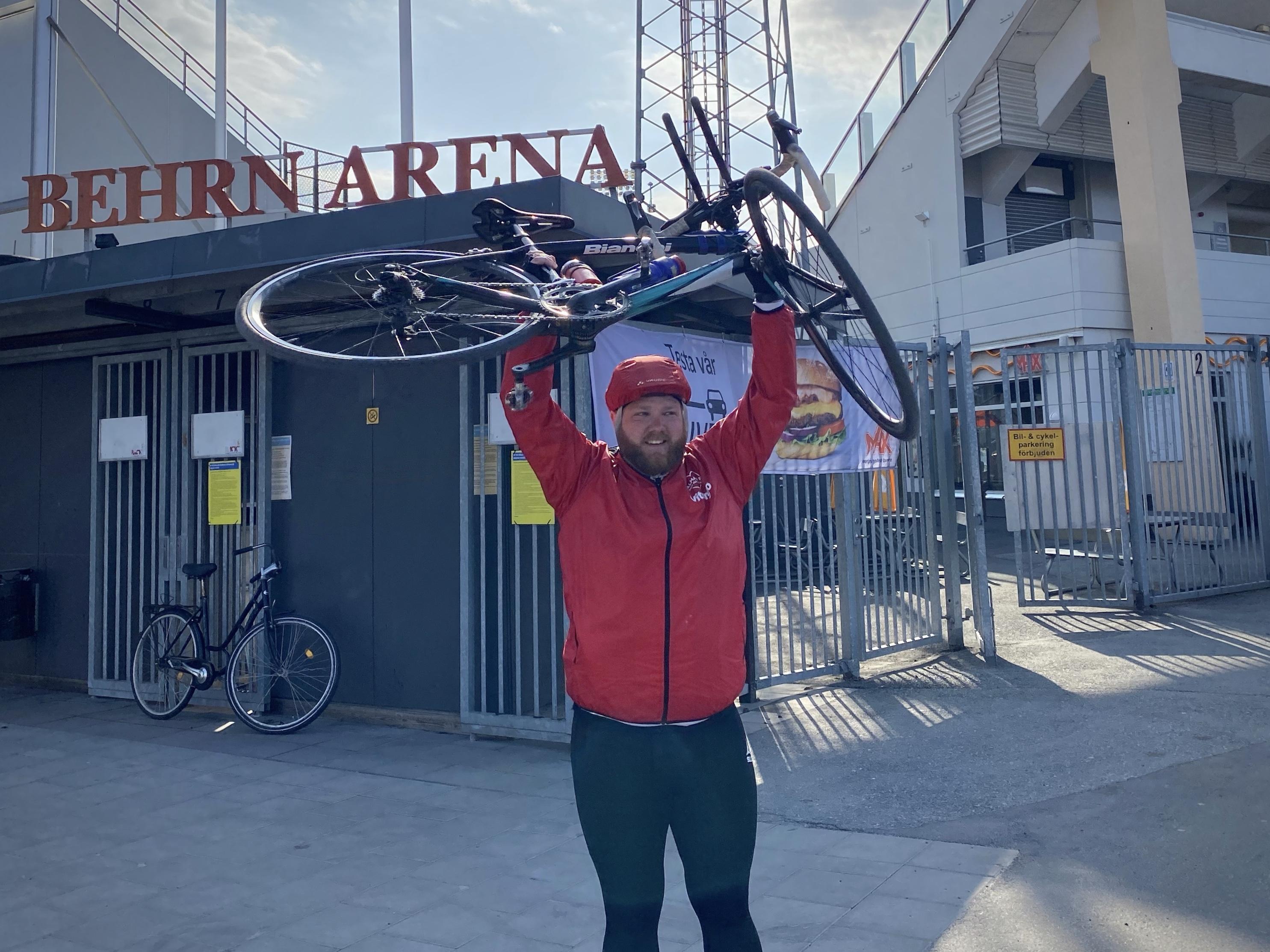 Fotbollssupportern Måns Linge med cykeln över huvudet efter att ha nått Örebro.