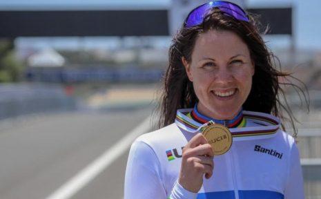 Anna Beck efter VM-guldet på tempo. Nu siktar hon på höga valörer även i Paralympics.