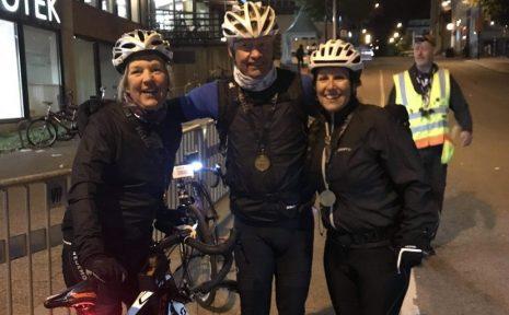 För ett par år sedan drabbades Kristina Linderoth av cancer. Men nu har hon tillfrisknat och är äntligen klar med Klassikern som hon har drömt om. Här är hon vid målgången tillsammans med maken Jan och den nya cykelkompisen Annica som de cyklade med i stort sett hela vägen.